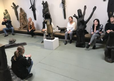O Sztuce Tworzenia WDrewnie Opowiada Studentom Seminarium Moc Gór Magda Rząsa