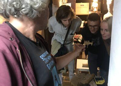 Z Marcinem Rząsa Dzieli Się ZeStudnentami Swoja Twórczością Opowiadając OScenach ZDrobnymi Miniaturami.